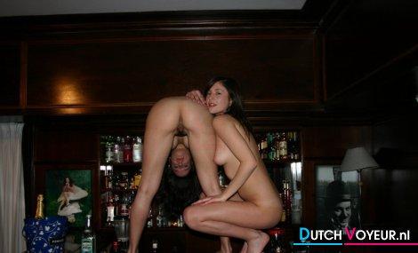 девушка напилась и показывает стринги в баре фото